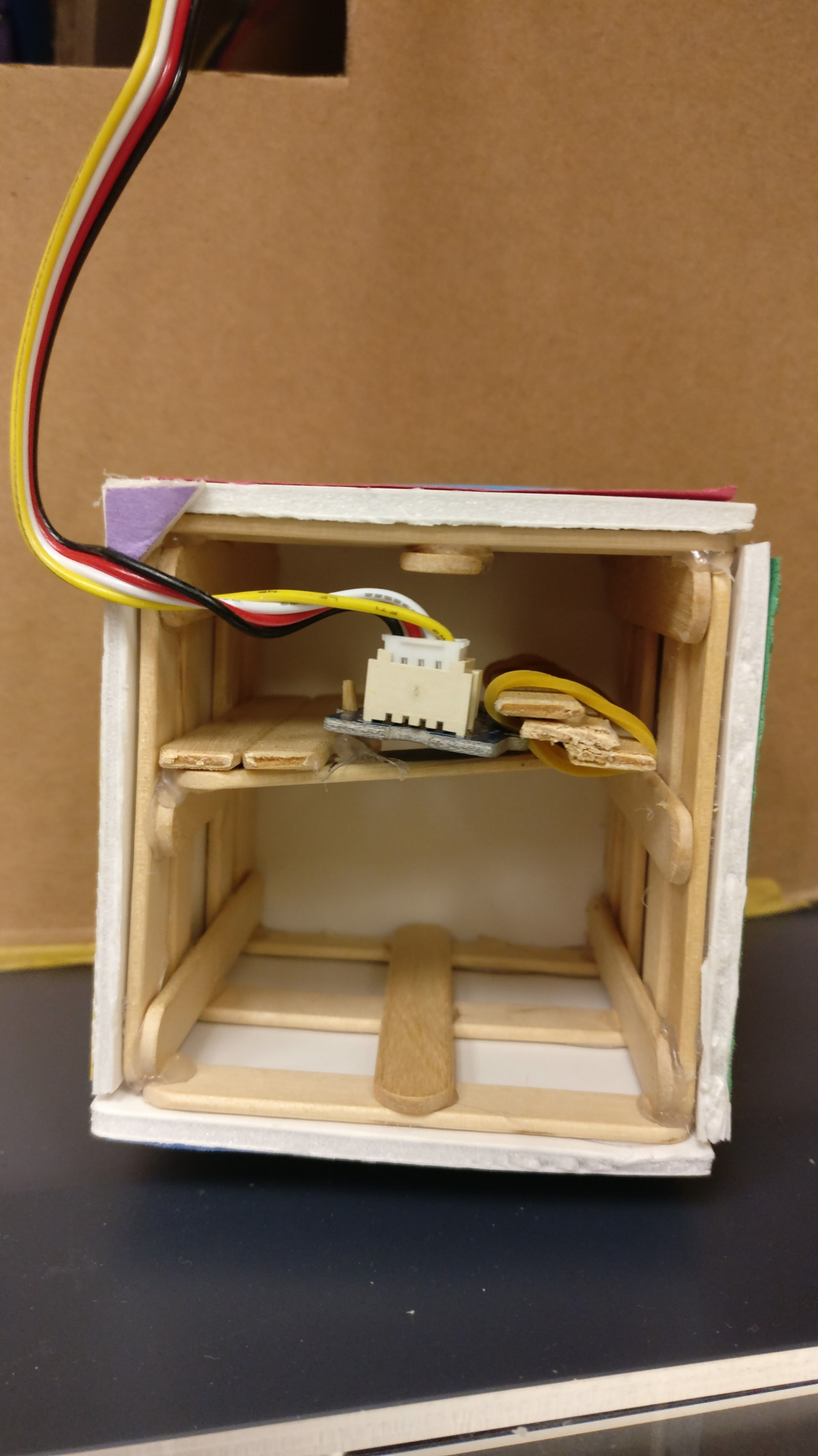 The selection cube was created with a Seeed (gyroscope) sensor. The Seeed sensor within the shelf selection cube